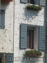 砲弾の痕が残る壁